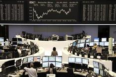Трейдеры на торгах фондовой биржи во Франкфурте-на-Майне 24 мая 2012 года. Европейские акции растут вслед за Азией благодаря ожиданиям новых мер стимулирования экономики Китая. REUTERS/Remote/Michael Leckel