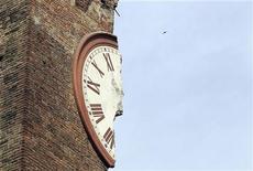 Разрушенная землетрясением башня в Финале-Эмилия, 20 мая 2012 года. Как минимум восемь человек погибли в результате сильного землетрясения на севере Италии, сообщил во вторник источник Рейтер в Красном Кресте. REUTERS/Giorgio Benvenuti