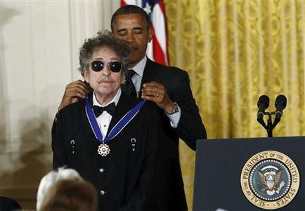 U.S. President Barack Obama awards a 2012 Presidential Medal of Freedom to musician Bob Dylan during a ceremony in the East Room of the White House in Washington, May 29, 2012. REUTERS/Kevin Lamarque