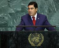 Президент Туркмении Курбанкули Бердымухамедов выступает на 64-й Генассамблее ООН в Нью-Йорке 23 сентября 2009 года. Глава Туркмении, наращивающей экспорт природного газа в Китай и строящей планы на поставки в Индию через нестабильный Афганистан, призвал Россию и других соседей по постсоветскому содружеству обсудить принципы и надежность транзита энергоносителей в Генеральной Ассамблее ООН. REUTERS/Mike Segar