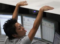 Участник торгов на Токийской фондовой бирже, 9 августа 2011 года. Азиатские фондовые рынки снизились из-за опасений за испанские банки и угасания надежд на господдержку экономики в Китае. REUTERS/Kim Kyung-Hoon