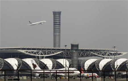 An airplane takes off from Bangkok's Suvarnabhumi International Airport October 20, 2011. REUTERS/Chaiwat Subprasom