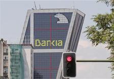 <p>Le ministre espagnol de l'Economie Luis De Guindos a annoncé que la recapitalisation de Bankia se ferait via le Fonds de restructuration bancaire (Frob), qui émettra des obligations. /Photo prise le 29 mai 2012/REUTERS/Juan Medina</p>