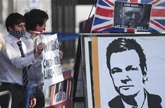 Manifestantes que apoiam o fundador do WikiLeaks Julian Assange seguram placas do lado de fora da Suprema Corte em Londres. A Suprema Corte da Grã-Bretanha decidiu que o fundador do WikiLeaks, Julian Assange, pode ser extraditado para a Suécia por supostos crimes sexuais. 30/05/2012 REUTERS/ Ki Price