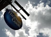 Вывеска Thomas Cook у входа в офис компании в Лондоне, 9 мая 2011 года. Отягощенный долгами британский туроператор Thomas Cook понес новые убытки в первом полугодии 2012 года, однако ждет улучшения ситуации ближайшие кварталы. REUTERS/Luke MacGregor