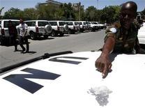 Член наблюдательной миссии ООН показывает на повреждение на машине от осколка взрывного устройства, Дамаск, 30 мая 2012 года. Если Совет безопасности ООН не примет срочные меры для прекращения 14-месячного кровопролитного конфликта в Сирии, у стран-членов организации может не оказаться другого выбора, кроме рассмотрения действий за пределами ООН, заявил в среду представитель США в международной организации. REUTERS/Khaled al-Hariri