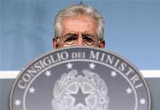 Премьер-министр Италии Марио Монти на пресс-конференции в Риме 22 мая 2012. Италия крайне подвержена риску распространения долгового кризиса еврозоны, заявил в четверг премьер-министр, посоветовав Европейский центробанк должен принять меры для снижения стоимости заимствований. REUTERS/Alessandro Bianchi