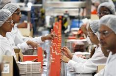 Trabalhadores empacotam cosméticos em fábrica da Natura em Cajamar, São Paulo, em setembro de 2009. Segundo dados divulgados pelo Instituto Brasileiro de Geografia e Estatística (IBGE), a produção industrial brasileira caiu 0,2 por cento em abril frente a março. Foto de arquivo 01/09/2009 REUTERS/Paulo Whitaker