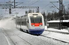 Поезд Allegro у железнодорожной станции в Хельсинки 12 декабря 2010 года. Российская железнодорожная монополия РЖД купит у холдинга Синара-Транспортные машины, который контролирует бизнесмен Дмитрий Пумпянский, 40 новых локомотивов на сумму, превышающую 6,4 миллиарда рублей. REUTERS/Timo Jaakonaho/Lehtikuva