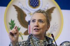 <p>Lors d'un déplacement à Copenhague, la secrétaire d'Etat Hillary Clinton a estimé qu'une guerre civile en Syrie pourrait se transformer en une guerre par procuration dans la région en raison des liens entre l'Iran et Damas. Les pays occidentaux ont prévenu jeudi que la Syrie était au bord d'une guerre civile intercommunautaire et exhorté la Russie à faire pression sur son allié Bachar al Assad pour faire cesser le bain de sang. /Photo prise le 31 mai 2012/REUTERS/Saul Loeb/Pool</p>