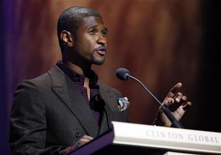 Singer Usher Raymond presents one of the Clinton Global Citizen Awards at the Clinton Global Initiative in New York, September 24, 2009. REUTERS/Chip East