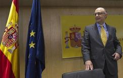 <p>Le ministre espagnol du Trésor, Cristobal Montoro, a annoncé que les régions autonomes avaient réussi à maintenir leur budget à l'équilibre au premier trimestre, ce qui leur permet d'envisager de tenir leur objectif d'un déficit d'1,5% du PIB en 2012. /Photo prise le 17 mai 2012/REUTERS/Juan Medina</p>