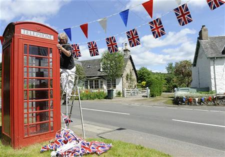 Local resident John Hardie makes preparations for the Diamond Jubilee of Britain's Queen Elizabeth, in Moulin, Scotland June 1, 2012. REUTERS/Russell Cheyne
