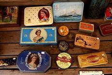 """<p>Antiquités en vente à Londres à l'occasion du """"Jubilé de diamant"""" de la reine Elizabeth II. Pour l'événement, afin d'explorer son histoire familiale et découvrir, peut-être, qu'on a eu un ancêtre au service de la maison royale, les listes du personnel de la maison royale d'Angleterre depuis le XVIIe siècle, du plus humble valet aux grands officiers de la Couronne, sont disponibles en ligne sur le site """"findmypast.com"""". /Photo prise le 27 mai 2012/REUTERS/Marika Kochiashvili</p>"""