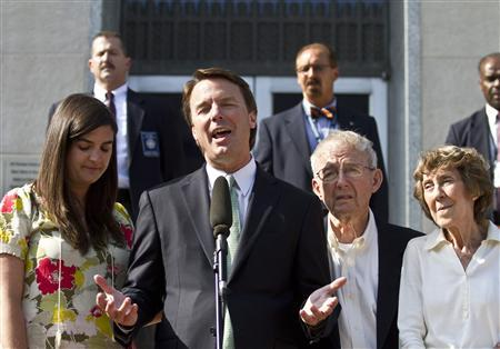 Former U.S. Senator John Edwards (2nd L) makes a statement with his daughter, Cate Edwards (L), father Wallace Edwards, and mother Bobbie Edwards (R) after the jury reached a verdict at the federal courthouse in Greensboro, North Carolina May 31, 2012. REUTERS/John Adkisson