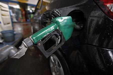 A vehicle is seen refueled with petrol at a fuel station in Mumbai June 25, 2010. REUTERS/Danish Siddiqui/Files