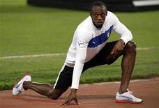 O jamaicano Usain Bolt se alonga após vencer o evento de 100 metros masculinos em Roma, 31 de maio de 2012. REUTERS/Giampiero Sposito