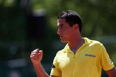 O espanhol Nicolas Almagro reage após vencer uma partida contra o argentino Leonardo Mayer durante o Aberto da França em Roland Garros em Paris, 2 de junho de 2012. REUTERS/Nir Elias