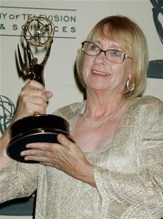 Actress Kathryn Joosten holds the award she won for Best Guest Actress in a Comedy series for her role in ''Desperate Housewives'' as she poses for photographers at the 2005 Primetime Creative Arts Emmy Awards in Los Angeles September 11, 2005. REUTERS/Fred Prouser