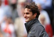 O suíço Roger Federer deixa a quadra após vencer uma partida contra o belga David Goffin durante o Aberto da França em Roland Garros em Paris, 3 de junho de 2012. REUTERS/Nir Elias