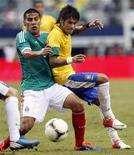 Mexicano Carlos Salcido e Neymar disputam a bola no amistoso deste domingo em Dallas, nos EUA, vencido pelo México por 2 x 0. REUTERS/Mike Stone