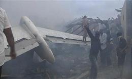 Спасатели и добровольцы работают на месте крушения самолета в Лагосе, 3 июня 2012 года. Пассажирский самолет рухнул в воскресенье в густонаселенной части Лагоса, деловом центре Нигерии, в результате чего погибли все 147 человек, находившиеся на борту, сообщила авиакомпания. REUTERS/Stringer