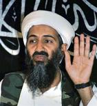"""Усама бен Ладен на пресс-конференции в Афганистане 26 мая 1998 года. Усама бен Ладен вел скромный образ жизни, тратя личное состояние на атаки против Запада и хорошие угощения для гостей, сказал лидер """"аль-Каиды"""" Айман аль-Завахири в видеообращении, которое в воскресенье появилось в интернете. REUTERS/Stringer/Files"""