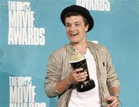 """Ator Josh Hutcherson posa com seu prêmio de melhor interpretação masculina por seu papel em """"Jogos Vorazes"""" no MTV Mobie Awards 2012, em Los Angeles. 03/06/2012 REUTERS/Danny Moloshok"""