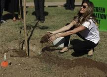 Top model Gisele Bundchen planta árvore durante o Green Nation Fest no Rio de Janeiro. 04/06/2012 REUTERS/Ricardo Moraes