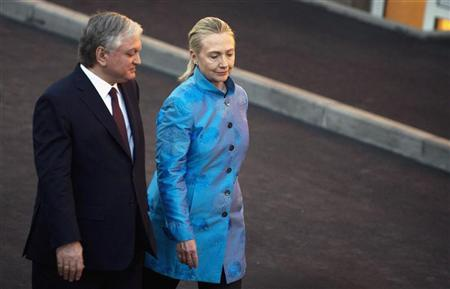 Armenian Foreign Minister Edward Nalbandian (L) and U.S. Secretary of State Hillary Clinton speak following a news conference and their meeting at the Presidential Palace in Yerevan June 4, 2012. REUTERS/Saul Loeb/Pool