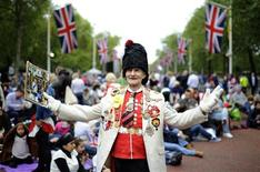 Royal fan William Wallace waits on The Mall for the start of the Diamond Jubilee concert for Britain's Queen Elizabeth in London June 4, 2012 . REUTERS/Ki Price