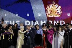 O príncipe Charles beija a mão da rainha Elizabeth durante show de comemoração ao Jubileu de Diamante, em Londres, nesta segunda-feira. REUTERS/David Moir