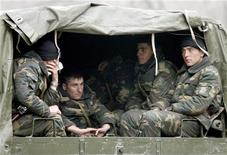 Военные отдыхают в грузовике в центре Еревана 3 марта 2008 года. Трое армянских военнослужащих погибли и несколько - получили ранения в бою с азербайджанскими военнослужащими на границе в ночь на понедельник, когда на Кавказ прибывает глава Госдепа США Хиллари Клинтон. REUTERS/David Mdzinarishvili