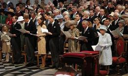 Rainha Elizabeth da Grã-Bretanha comparece a culto de ação de graças da catedral de St. Paul com a família real, para marcar o Jubileu de Diamante, no centro de Londres. 05/06/2012 REUTERS/Suzanne Plunkett