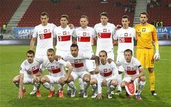 Национальная сборная Польши фотографируется перед началом товарищеского матча против Латвии в Клагенфурте 22 мая 2012 года. REUTERS/Dominic Ebenbichler