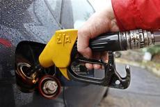 Мужчина заправляет автомобиль на АЗС в Риме 4 января 2012 года. Цены на нефть снижаются из-за слабой экономической статистики еврозоны и комментариев Международного энергетического агентства (IEA) о том, что дорогая нефть угрожает мировой экономике. REUTERS/Max Rossi