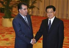 Председатель КНР Ху Цзиньтао (справа) обменивается рукопожатием с таджикским лидером Эмомали Рахмоном в Пекине 9 августа 2008.Президент Таджикистана пригласил китайскую CNPC составить компанию Газпрому и западной Tethys к разведке нефтегазовых запасов беднейшей постсоветской страны, расчищая путь деловой экспансии Пекина в Центральной Азии. REUTERS/Guang Niu/Pool