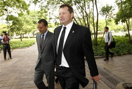 Former baseball star Roger Clemens arrives at Federal District Court for his perjury trial in Washington June 5, 2012. Clemens, 49, is on trial for the second time on federal charges of lying in 2008 to the House of Representatives' Committee on Oversight and Government Reform. REUTERS/Kevin Lamarque