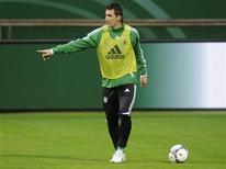 O atacante alemão Miroslav Klose gesticula durante um treino em Bremen, 28 de fevereiro de 2012. REUTERS/Fabian Bimmer