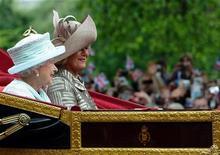 A Rainha Elizabeth viaja com Camilla, Duquesa de Cornwall e o Príncipe Charles (não pode ser visto na foto) na carruagem de 1902 State Landau ao Palácio de Buckingham, 5 de junho de 2012. REUTERS/Paul Ellis/Pool