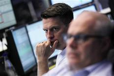 Трейдеры работают в торговом зале Франкфуртской фондовой биржи, 5 июня 2012 года. Европейские рынки акций открылись ростом вслед за Азией благодаря надежде на новые стимулирующие меры центробанков. REUTERS/Alex Domanski