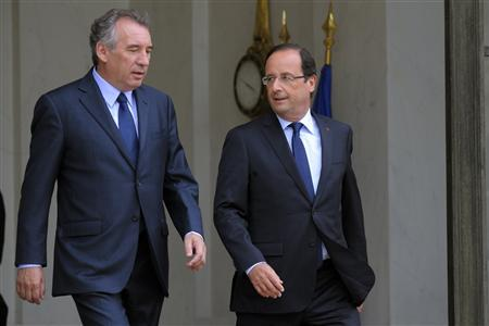 French president Francois Hollande (R) accompanies Francois Bayrou, France's centrist MoDem party leader as he leaves the Elysee Palace in Paris, June 4, 2012. REUTERS/Philippe Wojazer