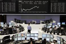 Трейдеры работают в зале Франкфуртской фондовой биржи, 4 июня 2012 г. Европейские акции растут на фоне ожиданий новых действий центробанков по стимулированию мировой экономики. REUTERS/Stringer Germany