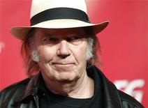 Músico Neil Young posa durante evento em homenagem a Paul McCartney em Los Angeles. 10/02/2012 REUTERS/Danny Moloshok