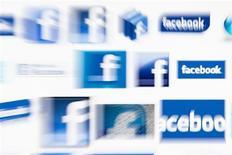 Imagem ilustrativa de logos do Facebook em tela de computador tirada em Lavigny. O Facebook está abrindo os caminhos para os anunciantes chegarem ao número crescente de usuários de smartphones e outros aparelhos móveis. 16/05/2012 REUTERS/Valentin Flauraud