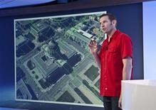 """Менеджер проекта Google Earth Питер Бирч показывает 3D-карту в офисе компании в Сан-Франциско, 6 июня 2012 года. Google Inc направляет """"флотилию"""" небольших, оборудованных камерами аэропланов на ряд городов в рамках своего амбициозного проекта по созданию цифровой карты мира. REUTERS/Google/Handout"""