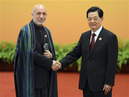Chinese President Hu Jintao (R) greets Afghanistan President Hamid Karzai at the Shanghai Cooperation Organization (SCO) summit in the Great Hall of the People in Beijing June 7, 2012. REUTERS/Mark Ralston/Pool