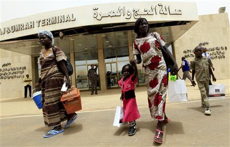 South Sudanese walk to board their flight at Khartoum airport June 6, 2012. REUTERS/ Mohamed Nureldin Abdallah