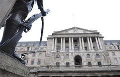 Вид на здание Банка Англии в Лондоне 20 марта 2008 года. Банк Англии в четверг решил воздержаться от новых мер поддержки роста, поскольку статистика указывает на устойчивость экономики, позволяя надеяться на ее дальнейшее восстановление. REUTERS/Toby Melville