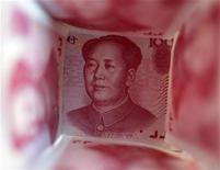 Купюры номиналом 100 юаней в Пекине 22 марта 2011 года. Народный банк Китая неожиданно снизил ключевые процентные ставки на 25 базисных пунктов в попытке подстегнуть замедляющийся рост экономики - впервые с финансового кризиса 2008-2009 годов. REUTERS/Jason Lee